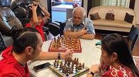 Aliyah Rajasa bersama Edhie Baskoro Yudhoyono sedang menemani putranya bermain catur dengan kakeknya, Hatta Rajasa (Dok.Instagram/@ruby_26/https://www.instagram.com/p/CASD3XUA21r/Komarudin)