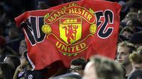 Fans Manchester United membentangkan banner saat timnya melawan Manchester City pada laga International Champions Club di NRG Stadium, Houston, (20/7/2017).MU menang 2-0. (AP/David J. Phillip)
