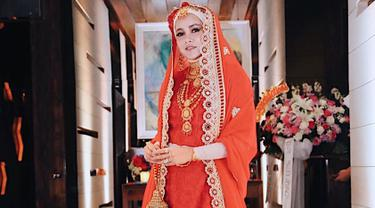 Olla Ramlan tampil anggun dalam pakaian tradisional India, kain sari yang berwarna merah dipadukan dengan hijab berwarna krem dan aksesoris yang berwarna emas. (Liputan6.com/IG/@ollaramlanaufar)