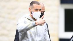 Karim Benzema saat tiba di Pusat latihan Timnas Prancis di Clairefontaine-en-Yvelines, Rabu (26/5/2021). Benzema kembali memperkuat Timnas Prancis setelah enam tahun absen. (AFP/Franck FIfe)