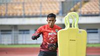 Kiper Persib Bandung, Teja Paku Alam. (Bola.com/Muhammad Faqih)