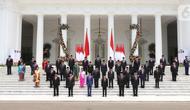 Presiden Joko Widodo atau Jokowi didampingi Wakil Presiden Ma'ruf Amin berfoto bersama jajaran menteri Kabinet Indonesia Maju yang baru dilantik di tangga beranda Istana Negara, Jakarta, Rabu (23/10/2019). (Sports Unisda.com/Angga Yuniar)