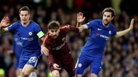 Gelandang Chelsea, Cecs Fabregas, mencoba merebut bola dari bintang Barcelona, Lionel Messi, di Stamford Bridge, Rabu (21/2/2018). (AP).