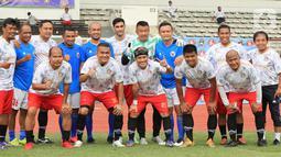 Legenda Timnas Indonesia foto bersama sebelum pertandingan melawan pengurus PSSI pada Tribute Match Ricky Yacobi di Stadion Madya Gelora Bung Karno, Jakarta (16/12/2020). PSSI mengapresiasi dan berterima kasih yang sudah menggelar acara tribute dan pertandingan amal. (Liputan6.com/Pool/Askrindo)