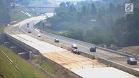 Kondisi arus lalu lintas di jalan fungsional Bocimi di kawasan Cigombong, Bogor (9/6). Kehadiran Tol Bogor-Ciawi-Sukabumi atau Tol Bocimi juga diyakini dapat memangkas banyak waktu perjalanan dari arah Bogor menuju Sukabumi. (Merdeka.com/Arie Basuki)