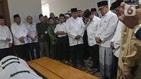 Menteri Pertahanan Prabowo Subianto (ketiga kanan) saat melayat KH Salahuddin Wahid atau Gus Sholah di rumah duka kawasan Mampang Prapatan, Jakarta, Senin (3/2/2020). Gus Sholah akan dimakamkan di Jombang. (Liputan6.com/Herman Zakharia)