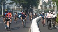 Warga bersepeda mengisi hari libur di kawasan Jakarta, Rabu (26/5/2021). Sejumlah pesepeda pagi ini ramai berolahraga, namun masih banyak yang memilih berada di luar jalur sepeda yang sudah disediakan. (merdeka.com/Imam Buhori)