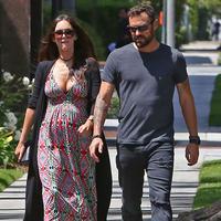 Megan Fox dikabarkan hamil anak ketiga dan tak jadi bercerai dari suami (via etonline.com)