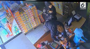Dua WNA menghipnotis seorang kasir di Madiun, Jawa Timur. Akibat kejadian ini, minimarket merugi hingga Rp 4 juta.