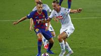 Gelandang Napoli, Fabian Ruiz membawa bola dari kawalan bek Barcelona, Jordi Alba pada leg kedua babak 16 besar Liga Champions di Stadion Camp Nou , Spanyol, Sabtu (8/82020). Barcelona menang 3-1 atas Napoli dan melaju ke perempat final dengan aggregat skor 4-1. (AP Photo/Joan Monfort)