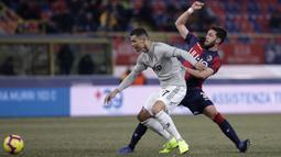 Gelandang Juventus, Cristiano Ronaldo, berusaha melewati bek Bologna, Arturo Calabresi, pada laga Copa Italia di Stadion Renato Dall'Ara, Bologna, Sabtu (12/1). Bologna kalah 0-2 dari Juventus. (AP/Luca Bruno)