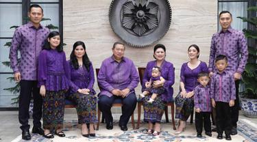 Momen foto bersama Keluarga Susilo Bambang Yudhoyono bersama semua anak, mantu dan cucunya pada hari raya idul fitri tahun 2018 (Liputan6.com/Instagram/ruby_26)