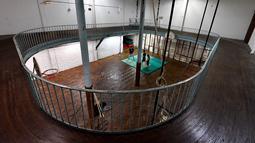 Pemandangan dari atas saat pemain berlatih di lapangan basket tertua di dunia di Paris, Prancis, Kamis (31/5). (GERARD JULIEN/AFP)