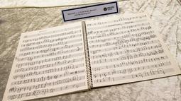 Sebuah draft musik yang ditulis tangan oleh mantan personel The Beatles, John Lennon diperlihatkan di Berlin, Selasa (21/11). Polisi Jerman telah menangkap seorang pria yang diduga menerima 86 barang curian peninggalan John Lennon. (AP/Markus Schreiber)