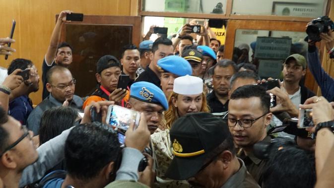 Terdakwa kasus penganiayaan remaja, HB Assayid Bahar bin Smith menjalani sidang dakwaan di Pengadilan Negeri Klas IA Bandung, Kamis (28/2/2019). (Huyogo Simbolon)