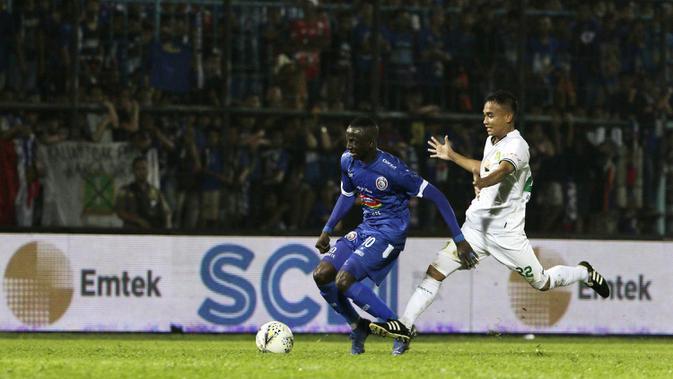 Gelandang Arema FC, Makan Konate, menggiring bola saat melawan Persebaya Surabaya pada laga Piala Presiden 2019 di Stadion Kanjuruhan, Jumat (13/4). Arema FC menang 2-0 atas Persebaya. (Bola.com/Yoppy Renato)