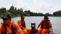 Petugas Basarnas Pekanbaru mencari korban tenggelam di Sungai Kampar. (Liputan6.com/M Syukur)