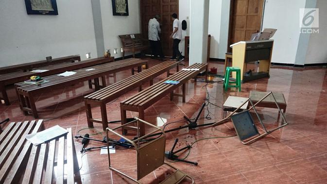 Sejumlah fasilitas rusak usai penyerangan yang terjadi di Gereja Santa Lidwina Bedog, Trihanggo, Sleman, Yogyakarta, Minggu (11/2). Pelaku menyerang sejumlah umat dan merusak benda-benda dengan senjata tajam. (Liputan6.com/Arya Manggala)
