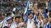 Kapten tim nasional Yunani, Theodoros Zagorakis, saat mengangkat trofi Piala Eropa 2004. Yunani berhasil mengalahkan Portugal 1-0 pada partai final, di Estadio Da Luz, 4 Juli 2004. (UEFA).
