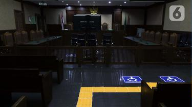 Guiding Block atau jalur pemandu disabilitas terpasang di ruang sidang Prof Dr Kusumahatmaja Pengadilan Negeri Jakarta Pusat, Kamis (25/3/2021). Dengan fasilitas ini diharapkan warga disabilitas dapat mengakses seluruh layanan, termasuk persidangan secara mandiri. (Liputan6.com/Helmi Fithriansyah)