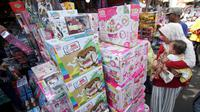 Deretan mainan yang dijual di Pasar Gembrong, Jakarta, Selasa (19/6). Libur Lebaran dimanfaatkan sejumlah anak-anak untuk berburu mainan di Pasar Gembrong. (Liputan6.com/Angga Yuniar)