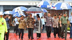 Presiden Joko Widodo saat akan bertolak ke Singapura menjenguk Ani Yudhoyono di Bandara Halim Perdanakusuma, Jakarta, Kamis (21/2). Ani Yudhoyono tengah dirawat karena sakit kanker darah. (Liputan6.com/HO/Biro Pers Setpres)