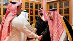Raja Arab Saudi Salman bin Abdulaziz al-Saud (kanan) dan Putra Mahkota Mohammed bin Salman bertemu dengan anggota keluarga dari jurnalis yang terbunuh, Jamal Khashoggi, di Istana Kerajaan Saudi di Riyadh, Selasa (23/10). (Saudi Press Agency via AP)