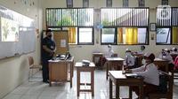 Siswa mengikuti uji coba pembelajaran tatap muka (PTM) perdana di SD Negeri 14 Pondok Labu, Jakarta, Senin (30/8/2021). Adapun seluruh pendidik dan tenaga kependidikan di sekolah yang menerapkan PTM Terbatas mulai hari ini wajib telah divaksinasi COVID-19. (Liputan6.com/Faizal Fanani)