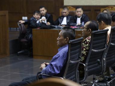 Terdakwa suap putusan perkara perdata yang juga Hakim PN Jakarta Selatan, Irwan (kiri) dan Iswahyu Widodo (kedua kiri) saat sidang pembacaan tuntutan di Pengadilan Tipikor, Jakarta, Kamis (13/4/2019). Keduanya dituntut 8 tahun penjara, denda Rp 200 juta. (Liputan6.com/Helmi Fithriansyah)