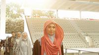 Model berjalan di catwalk pada pembukaan Muffest) 2020 di Aquatic Stadium, GBK Senayan, Jakarta, Jumat (30/8/2019). Muffest mempertemukan para pelaku industri busana muslim tanah air, baik yang sudah punya nama dan brand besar, maupun dari pelaku usaha kecil dan menengah. (Fimela.com/Bambang E.Ros)