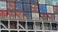 Penampakan kontainer ekspor Indonesia ke AS yang dibawa oleh kapal besar (Direct Call) di Pelabuhan Tanjung Priok, Jakarta, Selasa (15/5). Produk ekspor ini diberangkatkan langsung ke AS, tanpa melalui perantara negara ketiga. (Liputan6.com/Angga Yuniar)
