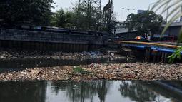 Penumpukan sampah ini terjadi akibat kiriman dari hulu yang menutupi aliran kali BKB yang kerap menimbulkan bau tak sedap dan rawan penyakit, Jakarta, Jumat (31/10/14). (Liputan6.com/Johan Tallo)