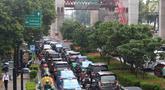 Kendaraan terjebak kemacetan di Jalan HR Rasuna Said, Kuningan, Jakarta, Jumat (18/1). Penyempitan jalan akibat pembangunan proyek light rail transit (LRT) berimbas pada kemacetan di kawasan tersebut. (Liputan6.com/Immanuel Antonius)