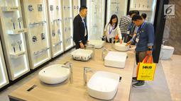 Pengunjung melihat produk kamar mandi Roca pada pameran Indobuildtech 2019 di ICE BSD City, Tangerang (20/3). Solusi perlengkapan kamar mandi ini menyuguhkan berbagai produk berkualitas yang ramah lingkungan dan berkelanjutan. (Liputan6.com/Angga Yuniar)