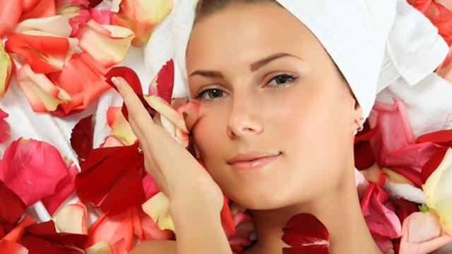 Tanpa kita sadari, berbagai bahan yang sering kita temui sehari-hari berguna untuk membuat wajah semakin terawat.