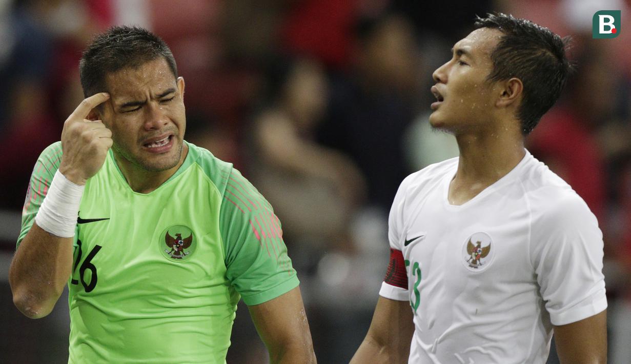 Kiper Indonesia, Andritany Ardhiyasa, tampak kecewa usai dikalahkan Singapura pada laga Piala AFF di Stadion Nasional, Singapura, Jumat (9/11). Singapura menang 1-0 atas Indonesia. (Bola.com/M. Iqbal Ichsan)