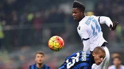 Penyerang Lazio, Balde Diao (kanan) berebut bola dengan bek Inter Milan, Joao Miranda pada lanjutan liga Italia di Stadion San Siro, Italia (20/12). Lazio menang atas Inter Milan dengan skor 2-1. (AFP/GIUSEPPE CACACE)
