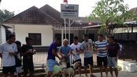Sejumlah pemain Bhayangkara FC patungan membeli dua kambing untuk disumbangkan saat Hari Raya Iduladha yang jatuh pada hari ini. (Bola.com/Fahrizal Arnas)