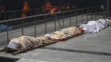FOTO: Barisan Jasad Korban COVID-19 di India Antre untuk Dikremasi