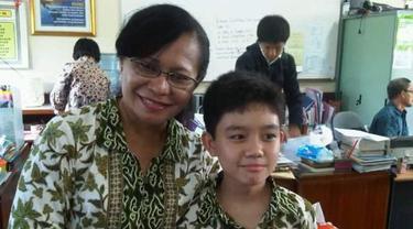 Miliki Semangat Layaknya Kartini, Wanita Ini Mengajar Siswa dengan Cara yang Kekinian