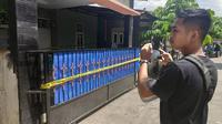 Rumah tempat ayah bunuh anak dipasang garis polisi sebagai tanda masih dalam penyelidikan kepolisian. (Liputan6.com/M Syukur)