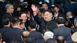 Pemimpin Korea Utara Kim Jong Un melambaikan tangan sebelum menaiki kereta pribadinya di stasiun kereta Dong Dang di Dong Dang, Vietnam, Sabtu, (2 /3). (AP Photo/Minh Hoang)