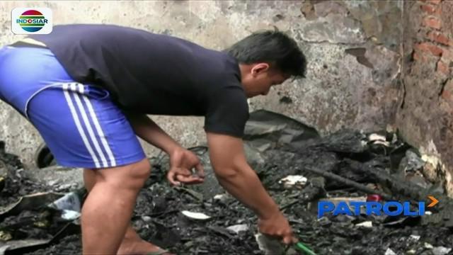 Korban kebakaran di Duri Pulo, Gambir, Jakarta Pusat, terlihat masih mengaisi sisa harta benda yang tersisa dari puing-puing bangunan.