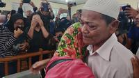 Pembakar miskin pembakar lahan bebas di Pengadilan Negeri Pekanbaru dan langsung memeluk istrinya. (Liputan6.com/M Syukur)