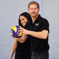Pangeran Harry dan tunanganya Meghan Markle melihat latihan tim Inggris untuk Invictus Games Sydney 2018 di University of Bath, (6/4). Pasangan ini dijadwalkan menikah pada 19 Mei 2018 mendatang. (AP Photo/Kirsty Wigglesworth, pool)