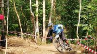 Pahraz Salman Alparisi melibas trek Bukit Hijau Bike Park, Imogiri, Bantul, saat seeding run, yang berlangsung Sabtu (21/4/2018). (Foto: Doc Indonesian Downhill)