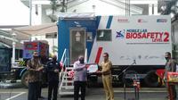 Menristek Bambang Brodjonegoro menyerahkan Mobile Lab BSL-2 kepada Wali Kota Bogor Bima Arya. (Liputan6.com/Achmad Sudarno)