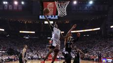Pebasket Houston Rockets, Lou Williams, berusaha memasukkan bola saat pertandingan melawan San Antonio Spurs pada Gim 4 Semifinal Wilayah Barat di Stadion AT&T Center, Minggu (7/5/2017). Houston Rockets menang 125-104. (AFP/Ronald Martinez).