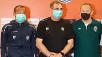 Supardi Nasir (kiri), Robert Alberts (tengah), dan Dejan Antonic memakai masker pada sesi konferensi pers menjelang laga Persib Bandung kontra PSS Sleman di Bandung, Sabtu (15/3/2020). (Bola.com/Erwin Snaz)