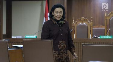 Mantan Sekjen Kemendagri, Diah Anggraeni saat jeda menjadi saksi pada sidang lanjutan dugaan korupsi e-KTP dengan terdakwa Markus Nari di Pengadilan Tipikor, Jakarta, Rabu (11/9/2019). Sidang mendengar keterangan saksi-saksi, salah satunya Diah Anggraeni. (Liputan6.com/Helmi Fithriansyah)